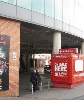 Kios Manchester Old Trafford dan Camp Nou Stadium
